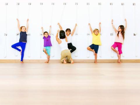 1467820349_cho-tre-tap-yoga-co-an-toan-he-nayjpg